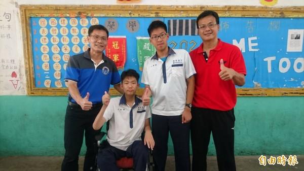 王銜醇(左2)、王偉勳(右2)會考成績傑出,港明校長劉春福(左)、導師林俊峰(右)稱讚。(記者楊金城攝)