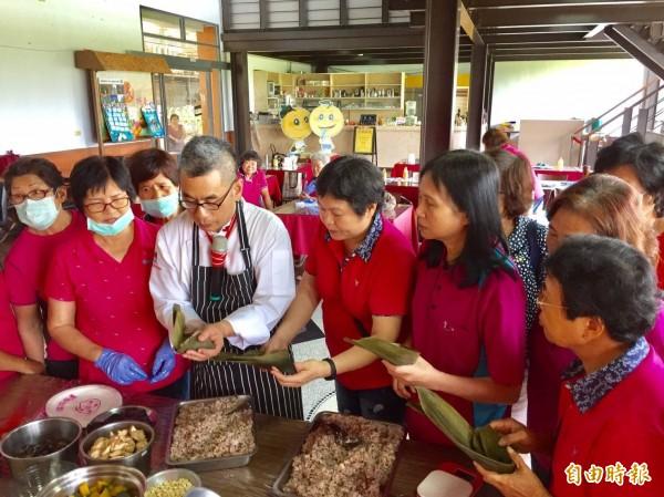 新竹縣新埔鎮農會家政班在指導老師帶領下,學習用健康新觀念包好粽。(記者黃美珠攝)