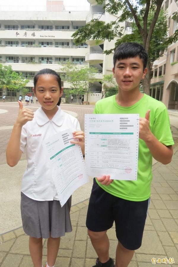 黃以睿(左)與林奕錞的姊姊去年各是會考大滿貫狀元,兩人也連莊滿貫王。(記者蘇孟娟攝)