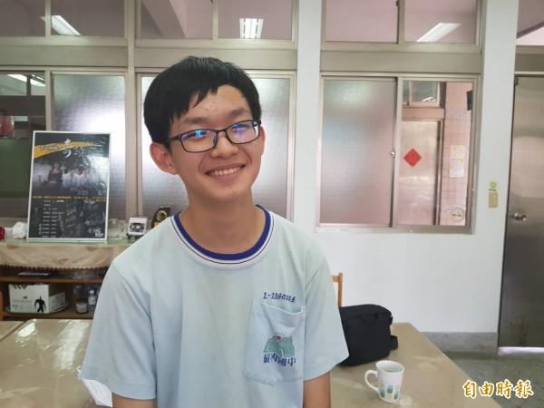 基隆市碇內國中學生葉德宏會考考出5A++、作文5級分的成績,篤定可以上建中;不料,他竟然說,他要當拒絕建中的小子。(記者俞肇福攝)