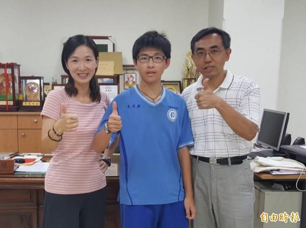 二林高中國中部學生謝秉宏(中)會長5A++、作文6級分,成為校史第一個滿級分學生。(記者陳冠備攝)