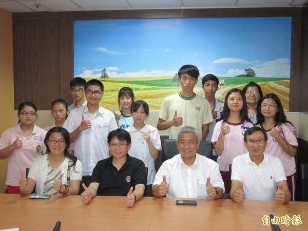 桃園市教育局高安邦(前排右二)與會考成績優秀考生合影。(記者謝武雄攝)