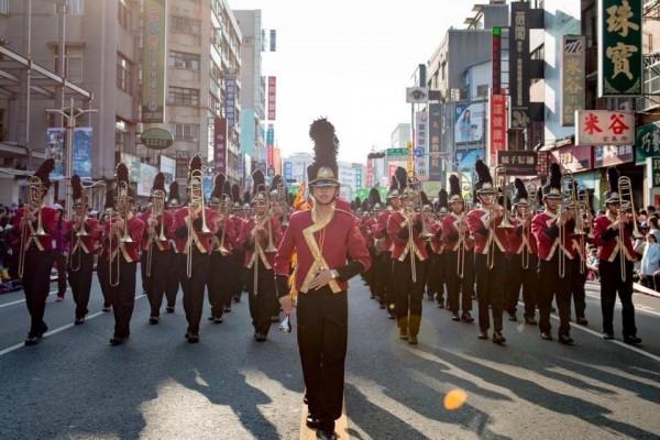 東石國中學生賴沛容(中)是創校第一位樂旗隊女指揮。(取自賴沛容臉書)