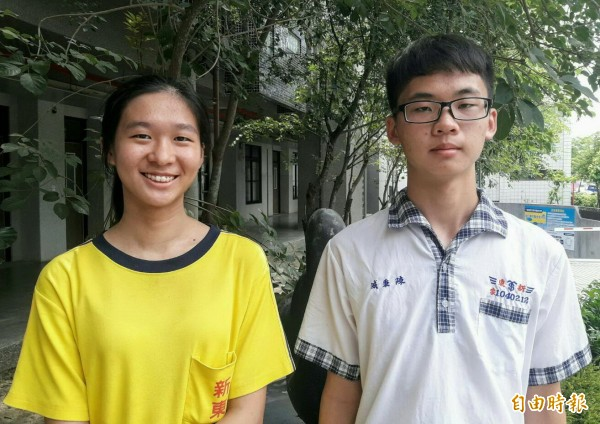新營新東國中陳秉威(右)和蘇晏禾(左)考五A++,蘇晏禾的作文也滿6級分。(記者楊金城攝)