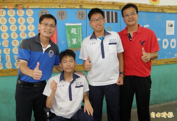 王銜醇(左二)、王偉勳(右二)會考成績傑出,港明校長劉春福(左)、導師林俊峰(右)稱讚。(記者楊金城攝)