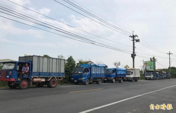 載穀車到民營糧商集運站大排長龍。(記者楊金城攝)