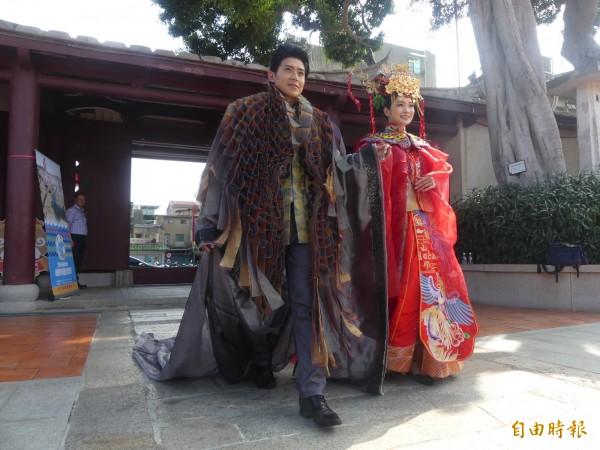 金門縣政府推出「結婚」、「愛情」兩大主題旅遊,為扮成結婚新人的模特兒打造的服裝,一出場就成了目光焦點。 (記者吳正庭攝)