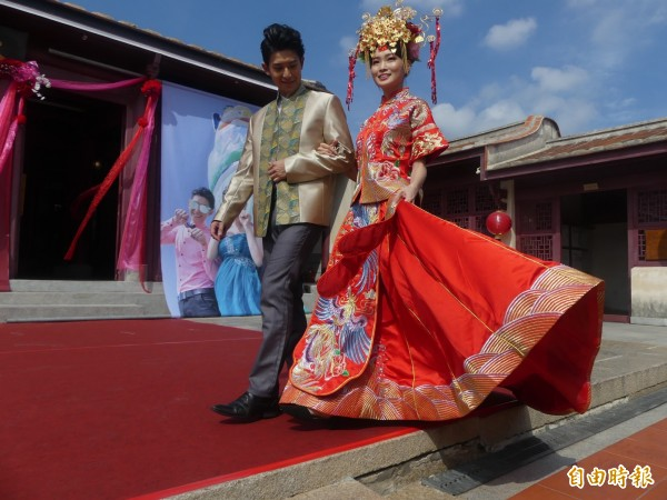 模特兒穿著亮麗的新人服,在旅遊推介現場走秀。(記者吳正庭攝)