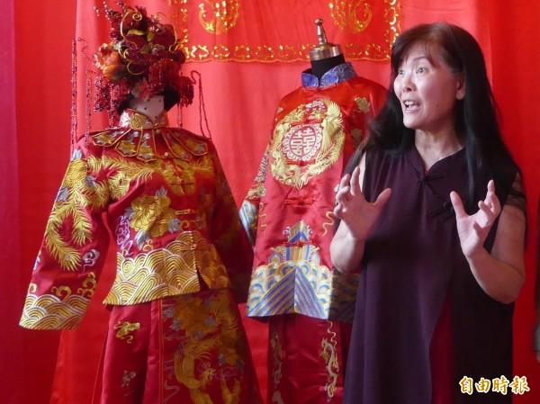 金門縣政府推廣「結婚」主題旅遊,邀請名設計師吳亮儀(右)為新人量身打造體驗服裝。(記者吳正庭攝)