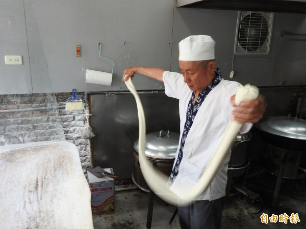 第一代老板李新德堅持手工製麵,顧客現點現做。(記者佟振國攝)