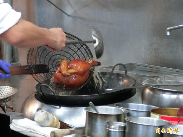 脆皮雞製作過程繁瑣,必須把皮淋到酥脆,讓表皮金黃酥脆。(記者葛祐豪攝)