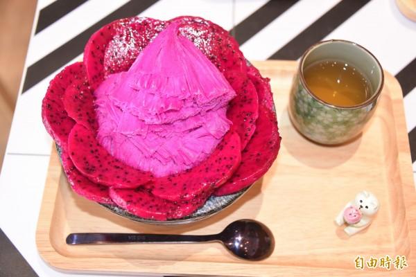 紅龍果雪花冰色澤美麗,還能吃到紅龍果的果肉(記者葉永騫攝)