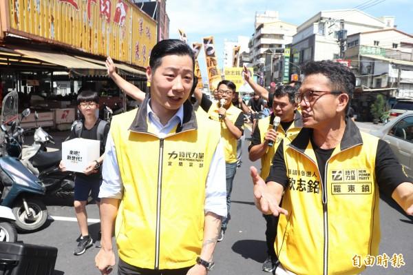 立委林昶佐(左)今到羅東民生市場掃街。(記者林敬倫攝)