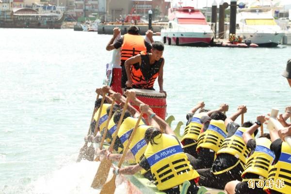 大園海上龍舟競賽,在竹圍漁港舉行。 (記者謝武雄攝)