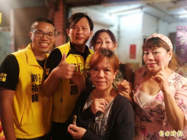時代力量黨主席黃國昌與劉祐龍(左)親切在市場與民眾合影。(記者許倬勛攝)