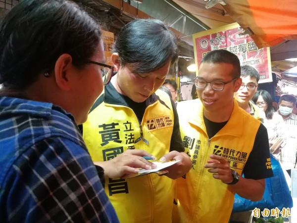 時代力量黨主席黃國昌今天陪同兩位黨籍市議員參選人一同掃街拜票。(記者許倬勛攝)