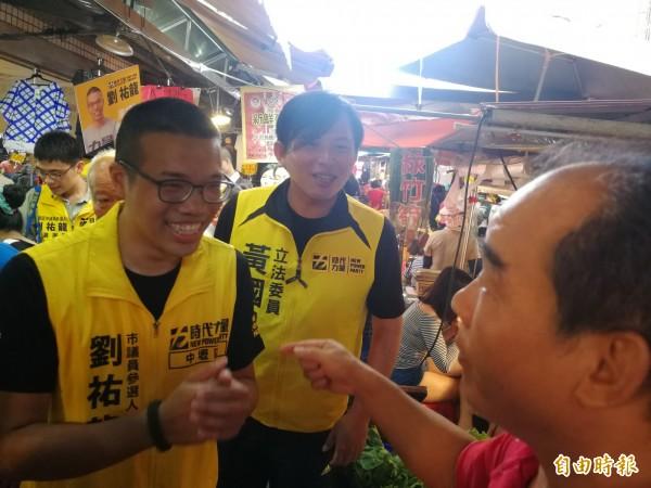 時代力量黨主席黃國昌今天陪同兩位黨籍市議員參選人劉祐龍、簡智翔,一同掃街拜票。(記者許倬勛攝)