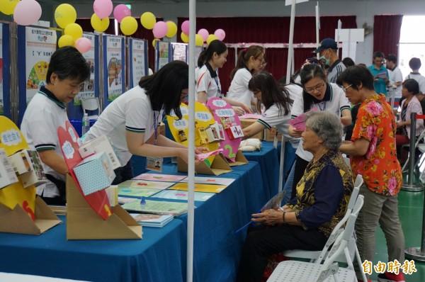 台大雲林分院辦「樂活傳愛」健康促進篩檢,吸引大批民眾參與。(記者詹士弘攝)