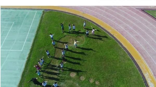 等比例製作超大腳印,山腳國小讓學生「大步邁出一片天」。(校方提供)