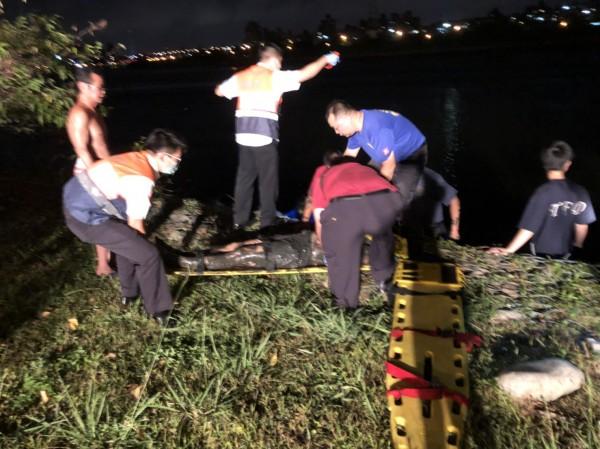 消防人員第一時間將滿身泥濘的落水民眾救起。(記者陳恩惠翻攝)