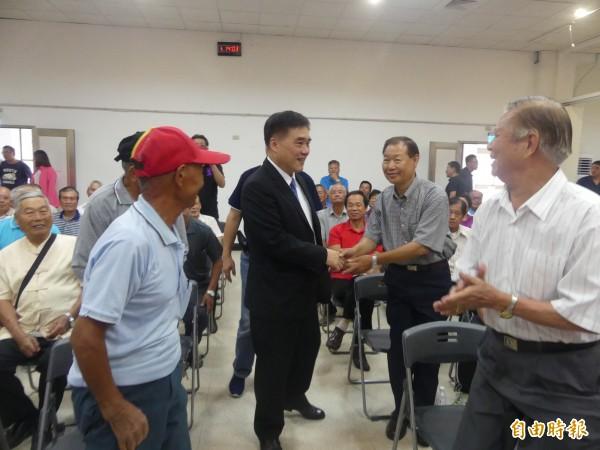 在金門「上過一星期課」的國民黨副主席郝龍斌(中),在金門也展現不小的人氣。(記者吳正庭攝)