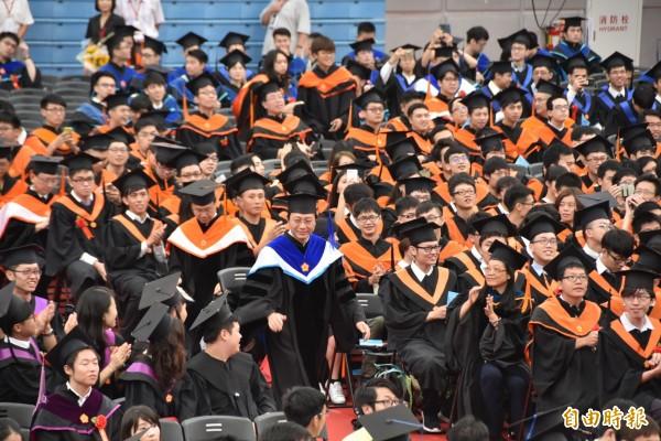 台大今(10日)舉辦106學年畢業典禮,代理校長郭大維(中藍色衣領者)進場,主持典禮。(記者吳柏軒攝)