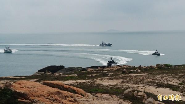 兩棲營海龍蛙兵搭乘突擊艇及成功艇進行海上陸上滲透。圖前方兩艘為突擊艇,後方為成功艇。(記者羅添斌攝)