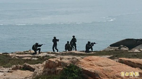 海龍蛙兵滲透上岸,準備潛入敵方陣地。(記者羅添斌攝)