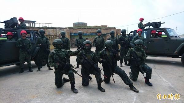 兩棲營官兵在此次演練中分飾攻擊軍與防衛軍角色。中間為擔任特攻角色的攻擊軍(藍軍),左右兩側頭戴紅帽的官兵則擔任防衛軍(紅軍)。(記者羅添斌攝)