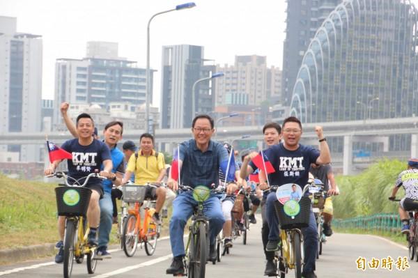 國民黨台北市長參選人丁守中今天來到基隆河右岸,與台北市議員參選人李明賢、李柏毅、張斯綱,以及新北市議員參選人葉元之一起騎腳踏車。(記者鍾泓良攝)