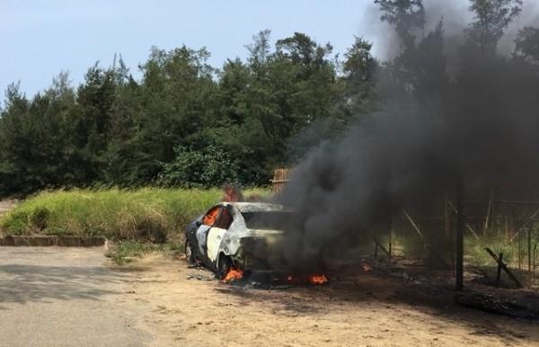 警消趕到現場,車輛已陷入一片火海。(記者鄭名翔翻攝)