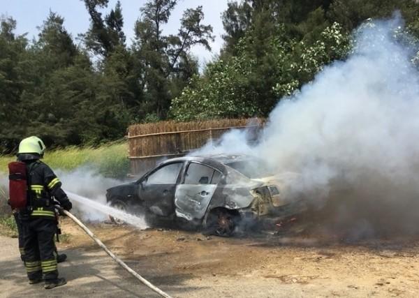 警消迅速撲滅火勢,但車輛也已付之一炬。(記者鄭名翔攝)