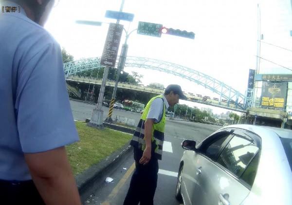 吳男枯坐車內3小時,員警上前詢問原委。(記者許國楨翻攝)