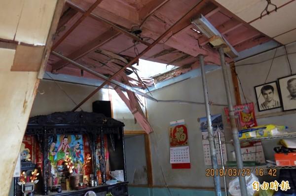 陳小妹妹一家住在屋齡50年老房子,年初因天花板崩坍砸傷陳媽媽腳踝 。(記者丁偉杰翻攝)