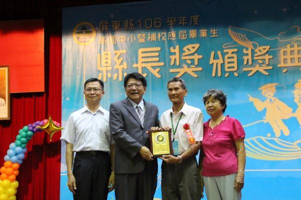 76歲阿公吳建德領畢業證書,開心直呼「作夢也會笑!」(圖由屏東縣政府提供)