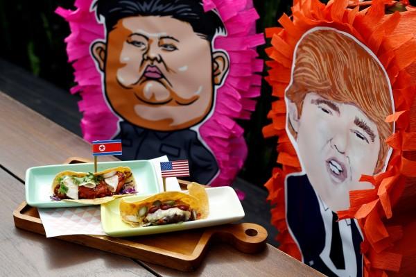 新加坡餐廳為迎接「川金會」,推出川普捲餅、火箭人捲餅等創意菜色。(路透)