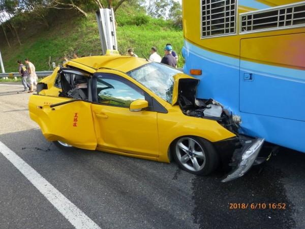 計程車撞入遊覽車底,造成多人輕傷。(記者蘇福男翻攝)