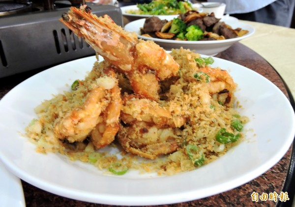 避風塘大蝦是人氣料理。(記者張菁雅攝)