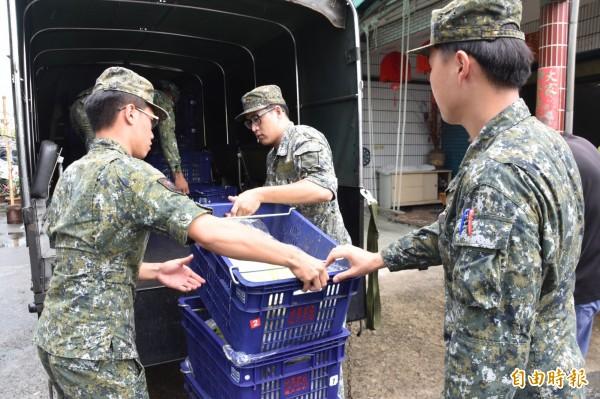 陸軍八軍團上午出動軍車,將香蕉、木瓜載回營區,供部隊官兵食用。(記者蘇福男攝)