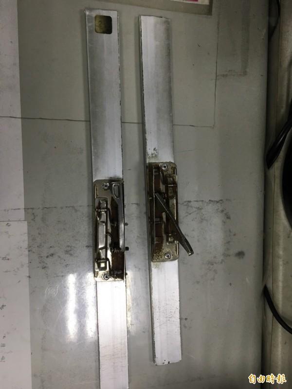 市政府閱覽室的報夾被打到斷成兩截。(資料照,記者吳昇儒攝)