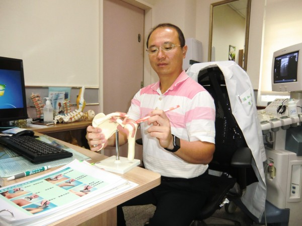 阿婆包粽子連忙2天後,痛到肩膀舉不起來,骨科醫師李佳霖診斷為旋轉肌袖鈣化性肌腱炎。(活力得中山脊椎外科醫院提供)
