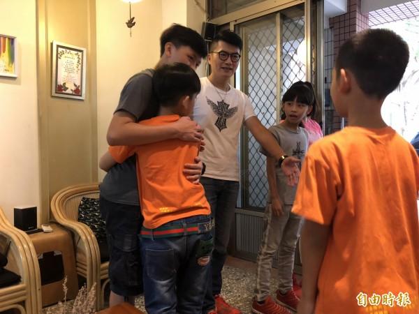 沐風關懷協會的小朋友與「天使家庭」互動。(記者張菁雅攝)