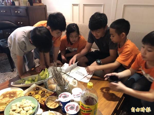 沐風關懷協會的小朋友與「天使家庭」一起用餐、玩遊戲。(記者張菁雅攝)