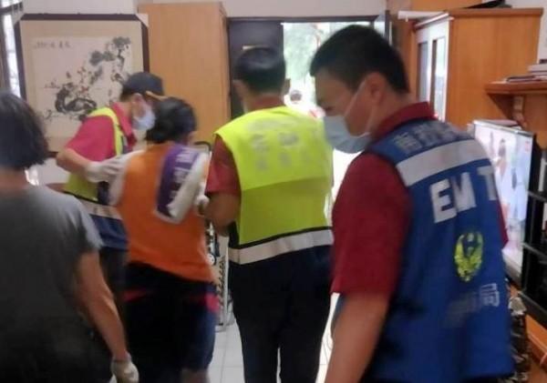 南投縣竹山鎮發生一起民宅火警,消防人員將受傷的印尼女看護送醫救治。(記者謝介裕翻攝)