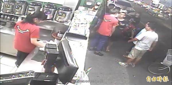 店員挺身而出護同事,卻遭對方痛毆。(記者顏宏駿翻攝)