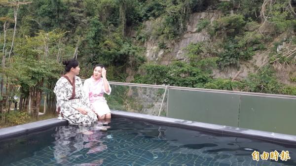 知本溫泉金聯世紀酒店10樓頂的四季風呂美人湯,緊鄰峭壁風光。(記者黃明堂攝)