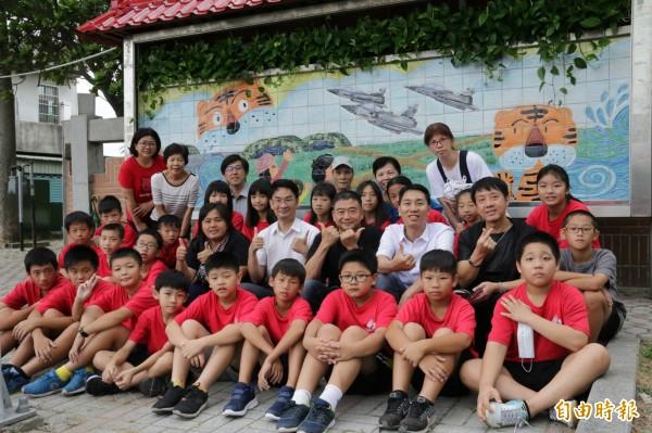 新竹市虎林社區居民和虎林國小學童一起合力改造學校通學步道一處荒廢的公佈欄,將其美化為陶板彩繪牆,成功為社區點胭脂。(記者洪美秀攝)