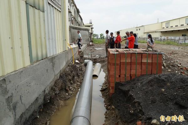 地籍重測導致社區拆溝還地,斗六明德里一社區無處排水,自埋排水管又受阻。(記者詹士弘攝)
