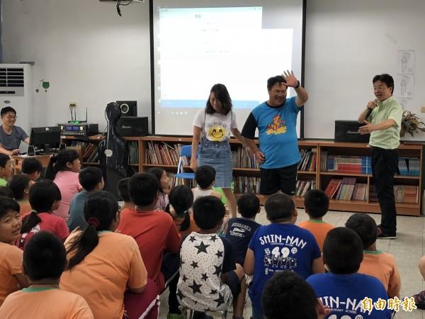 張正傑(右)請老師當演員以講解古典音樂,台下笑聲不斷。(記者羅欣貞攝)