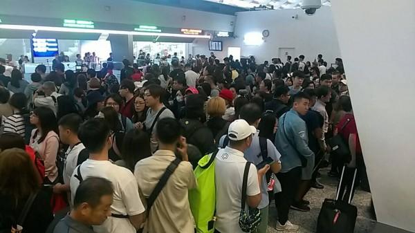 移民署電腦軟體更新,電源轉換後重新開機後造成一期航廈旅客通關系統嚴重當機,旅客大排長龍。(讀者提供)